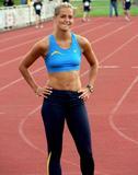Sina Schelke Can't say that I know too much about this lady other than she is a German sprinter that runs the 200M and 400M and has one heck of a set of abs. Foto 50 (Сина Schelke Нельзя сказать, что я слишком много знаю об этой даме другим, чем она является немецкий Sprinter, который запускает 200M и 400 метров и имеет одну щеколду набор ABS. Фото 50)