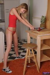 http://img46.imagevenue.com/loc464/th_753133235_Leonie_Private_010_022_123_464lo.jpg