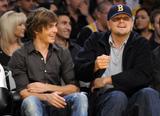 http://img46.imagevenue.com/loc47/th_65577_Zac_Efron_and_Leonardo_DiCaprio_8_Denver_Nuggets_CU_ISA_01_122_47lo.JPG