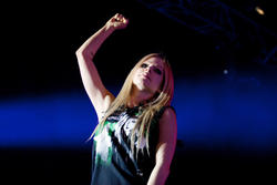 http://img46.imagevenue.com/loc559/th_430328257_52364_avril_lavigne_performing_live_in_moscow_12_11_122_559lo.jpg